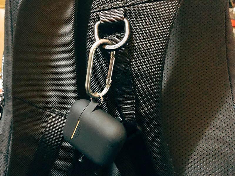 AirPods Proをリュックに装着した写真
