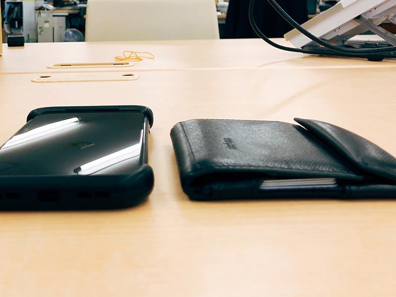 """""""iphoneとabrAsusのサイズ比較写真"""""""