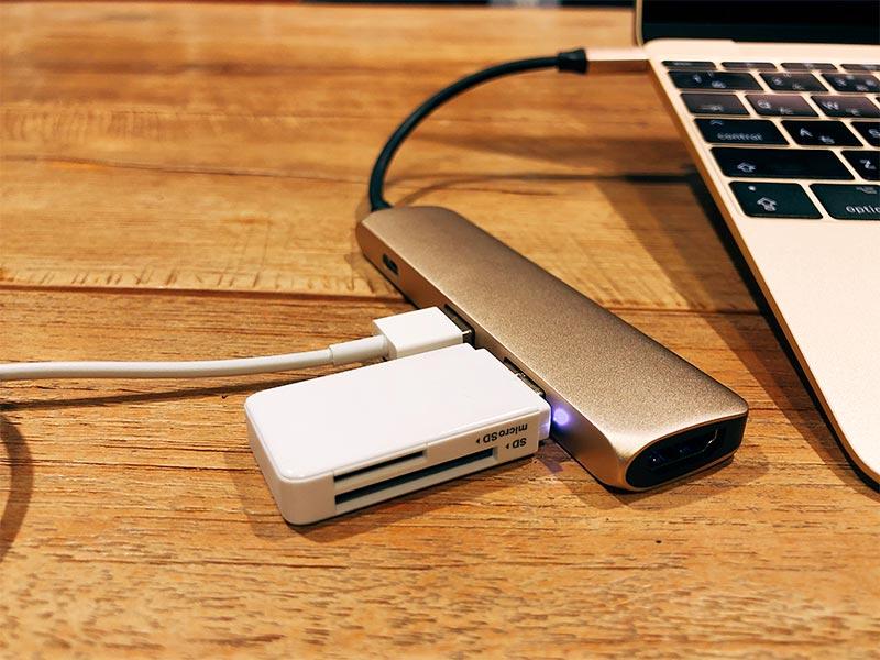 """""""USBハブにカードリーダーを挿した画像"""""""