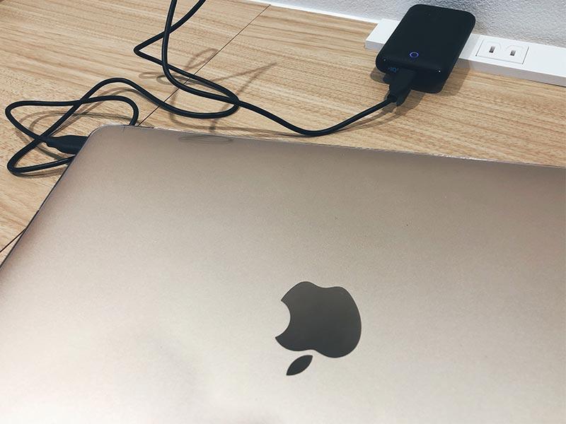 MacBookを充電している写真