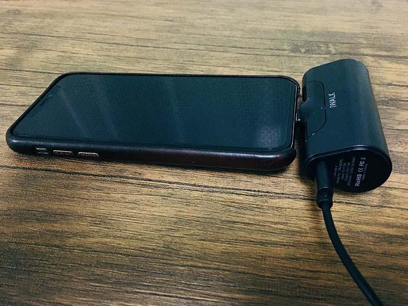 """iWalkを充電しながらiPhoneにも給電している写真"""