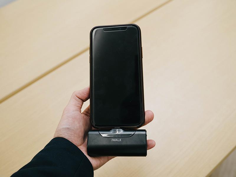 """""""iWalkを接続したiPhoneを手に持った写真"""""""