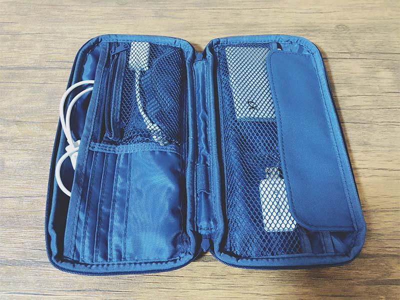 パスポートケースにガジェットを収納した写真
