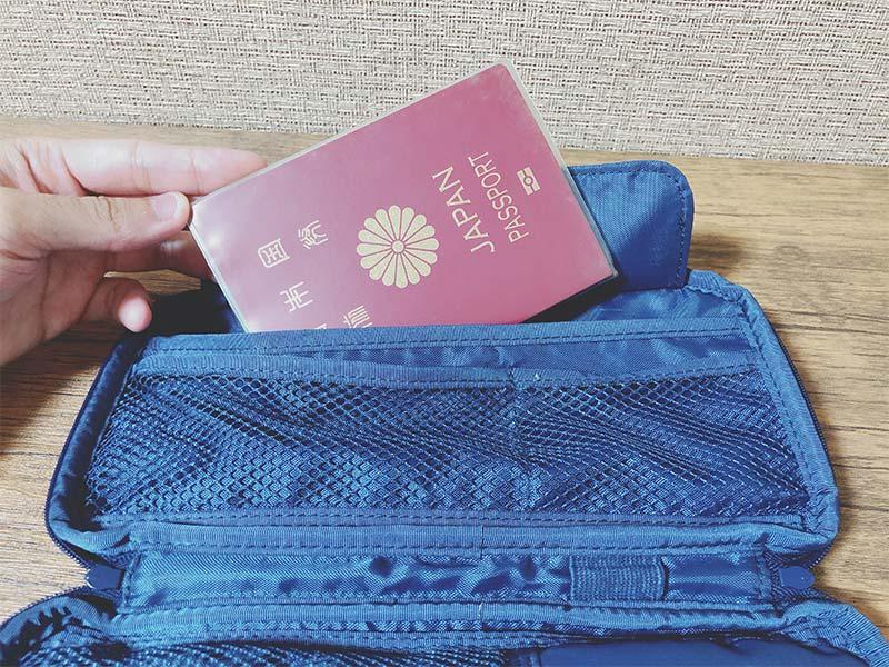 ケースにパスポートを収納した写真