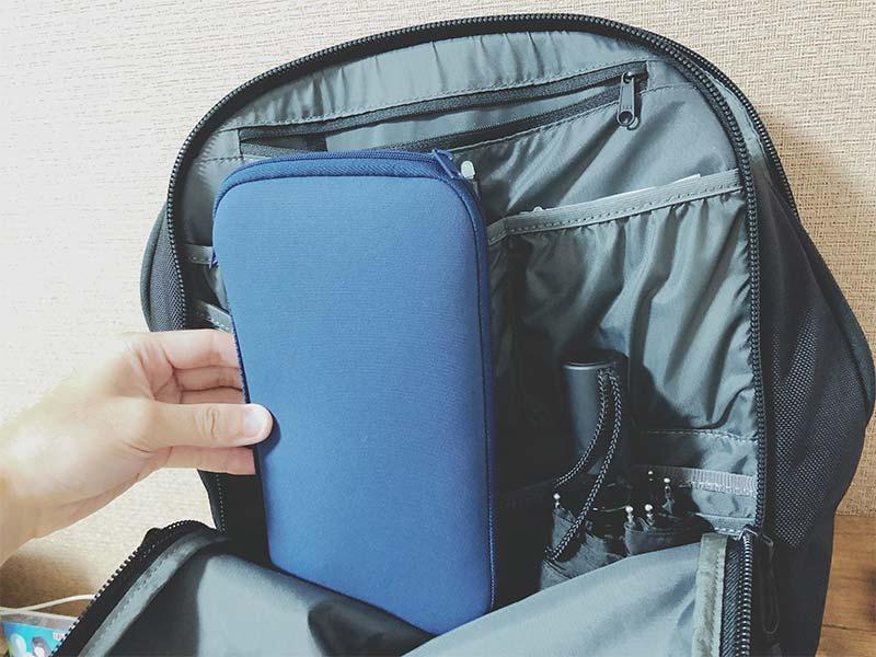 リュックにパスポートケースを収納した写真