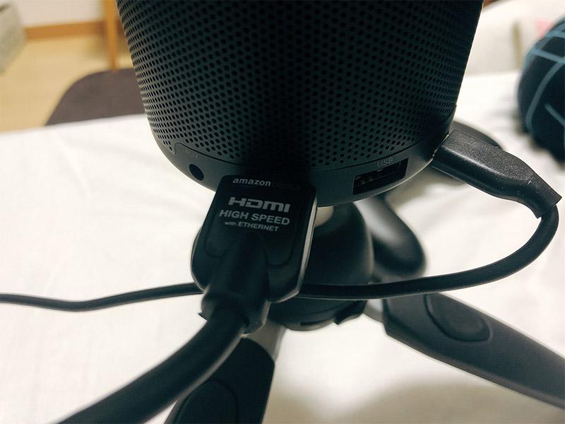 HDMIケーブルを接続する写真