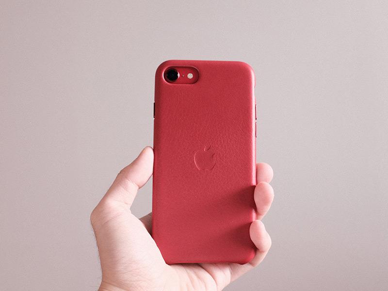 iPhone SEレザーケースを握った写真