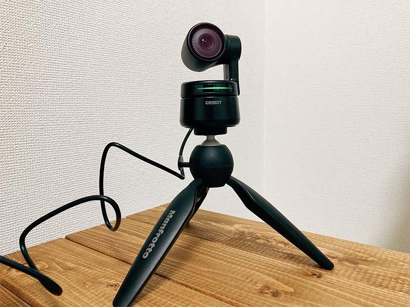 「OBSBOT Tiny」を三脚に設置した写真