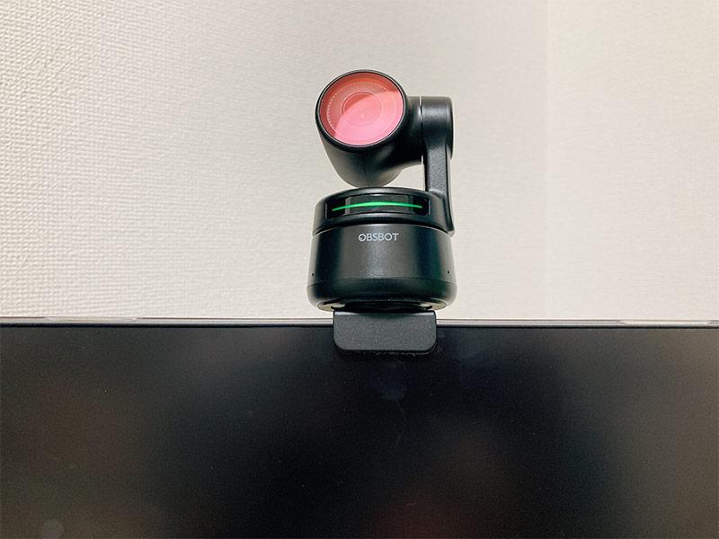 「OBSBOT Tiny」をディスプレイに固定した写真