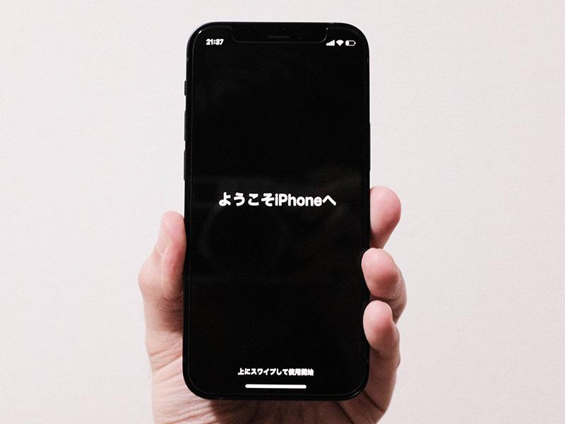iPhone 12 miniを握った写真