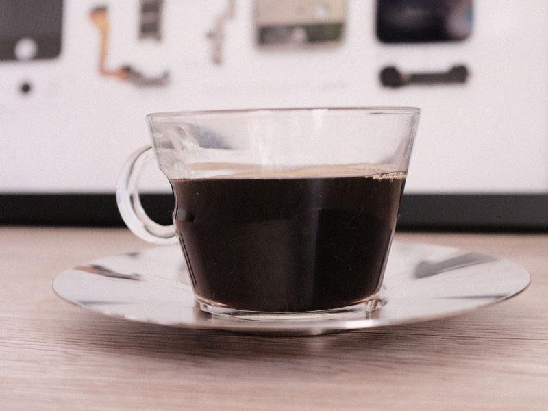 「ブラックコーヒーショット」とカップの写真