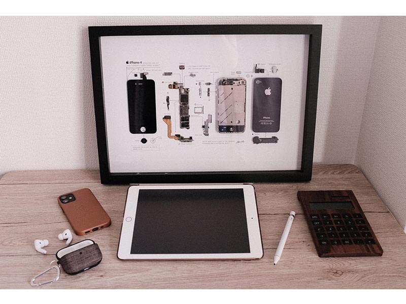 GRIDのiPhoneアートフレームを机に飾っている写真