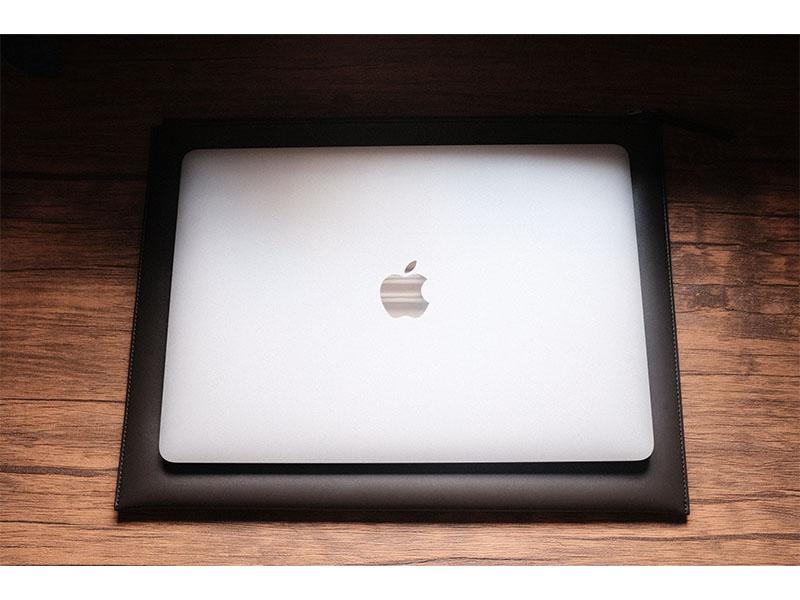 レイヤースリーブとMacBookの写真