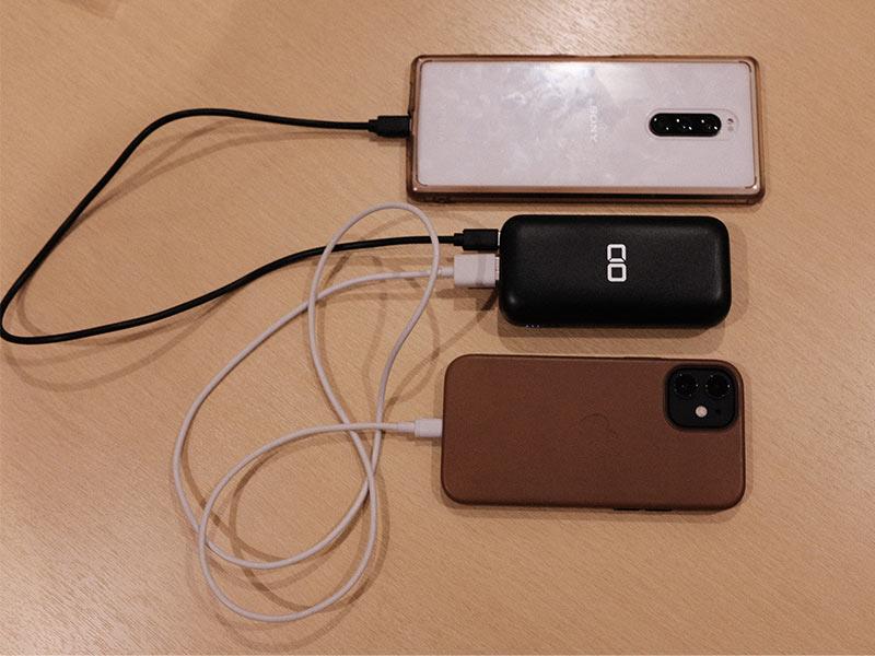 「CIO-MB20W-10000」で2つの端末を充電している写真