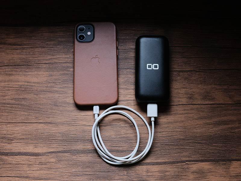 「CIO-MB20W-10000」とiPhone 12 miniの写真