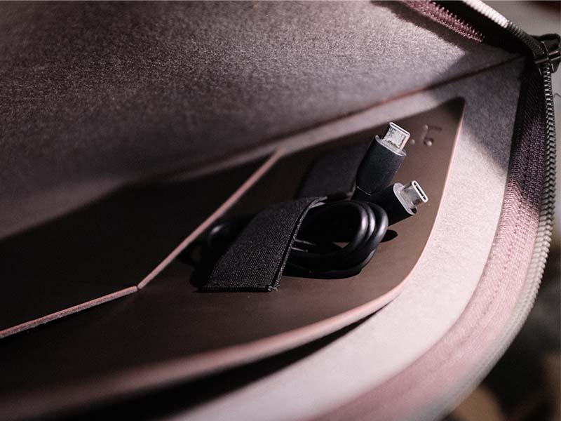 レイヤースリーブのベルトにUSBケーブルを収納した写真