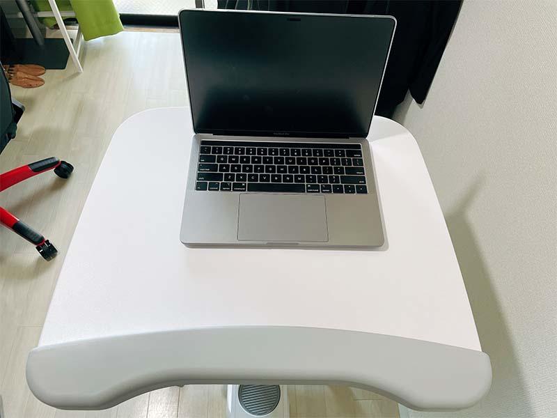 デスクバイクV9にノートパソコンを置いた写真