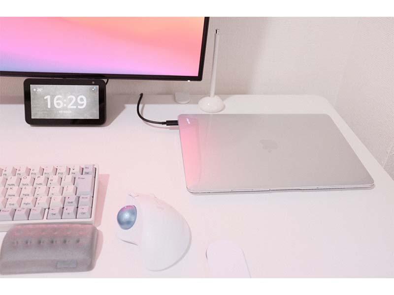 机の上のMacの写真