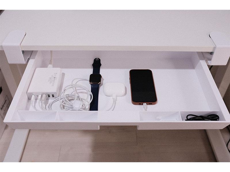 引き出しの中でAppole製品を充電している写真