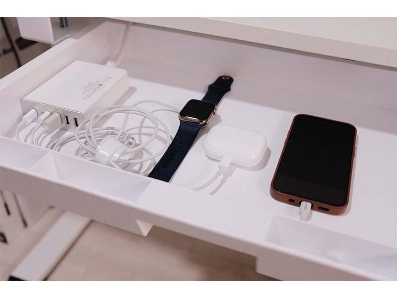 引き出しの中でApple製品を充電している写真