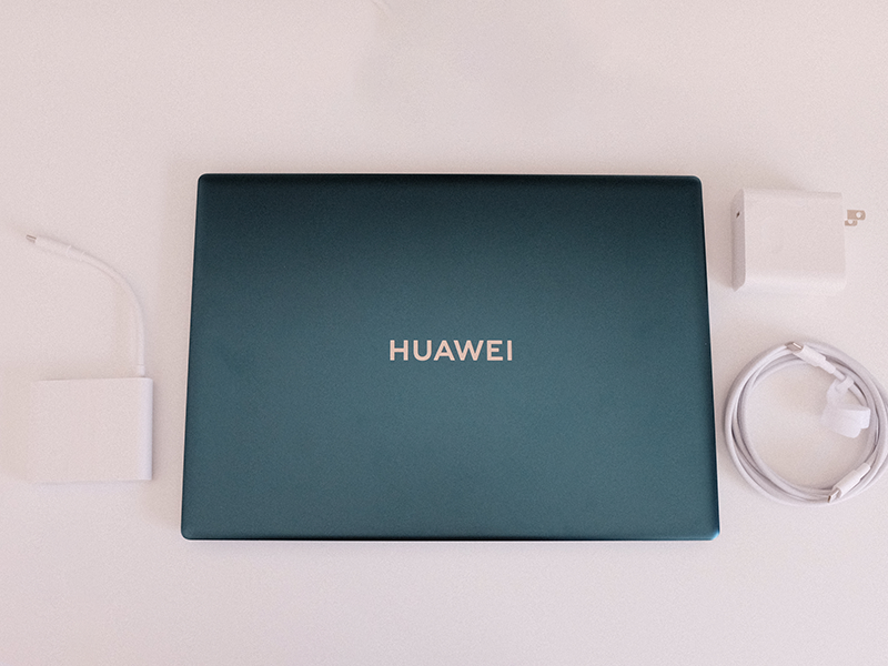 HUAWEI MateBook X Pro(2021)と付属品の写真