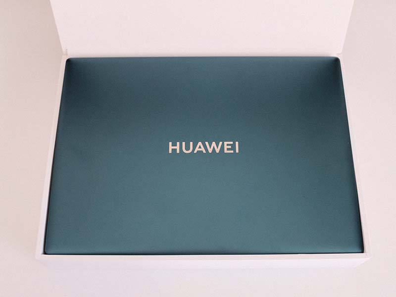 HUAWEI MateBook X Pro(2021)の外箱を開封した写真