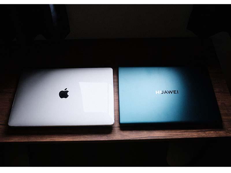 HUAWEI MateBook X Pro(2021)とMacBook Air 13インチを並べた写真
