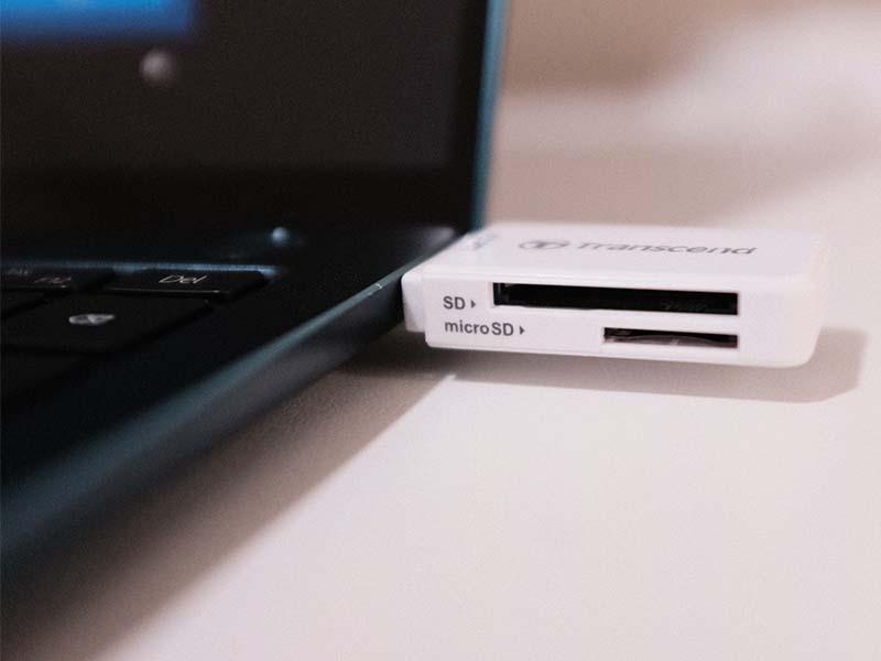 USB-A端子にカードリーダーを接続した写真