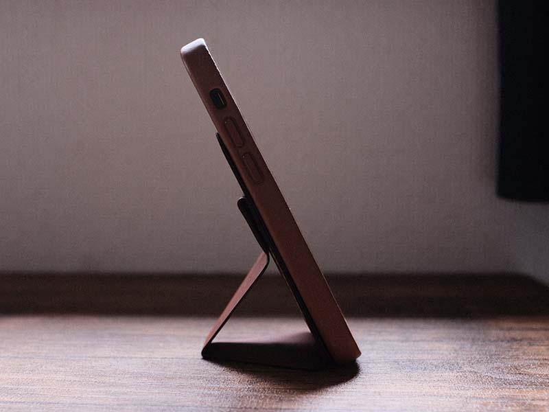 自立したiPhoneを横から見た写真