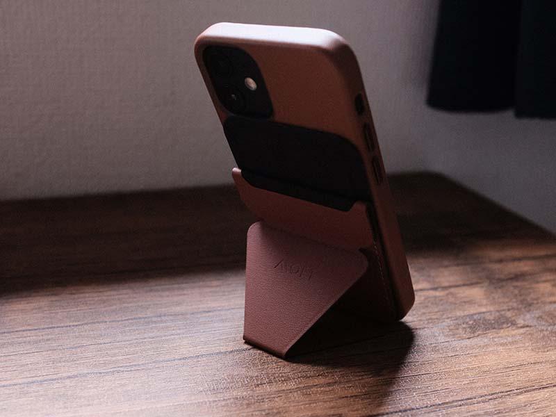 MOFTで自立するiPhoneを後ろから撮影した写真
