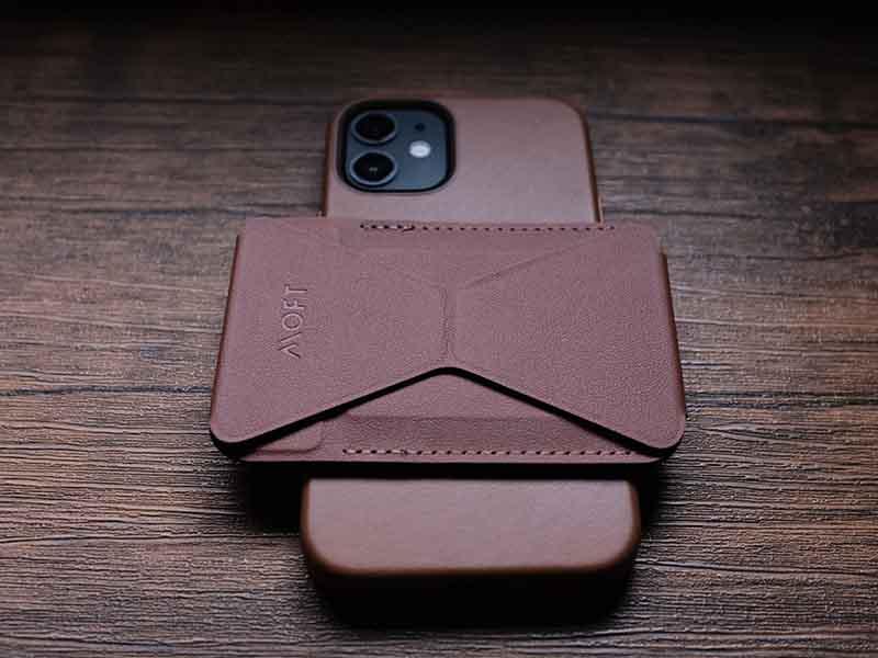 iPhoneに横向きにMOFTを装着した写真