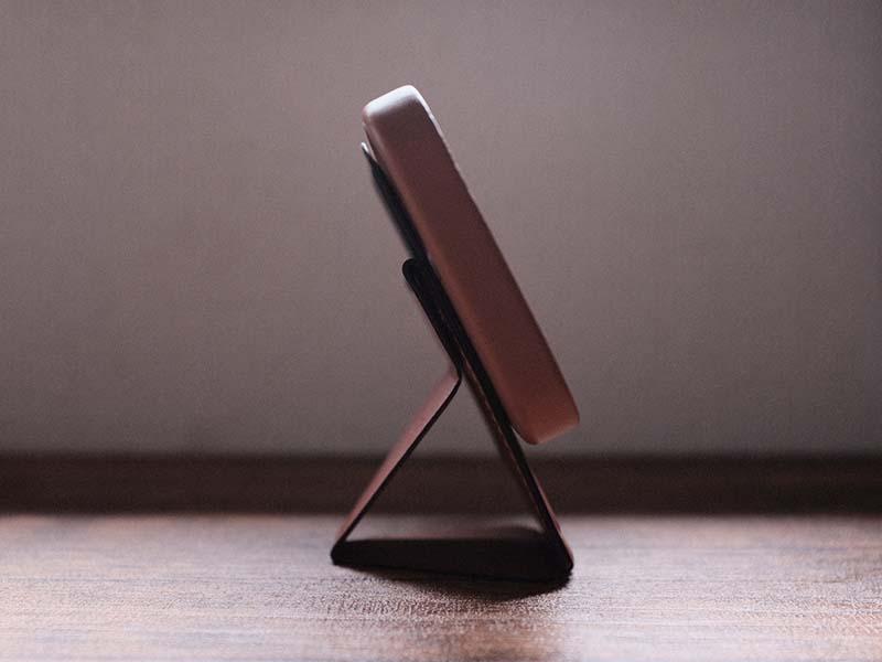 横置きで自立するiPhoneを横から撮影した写真