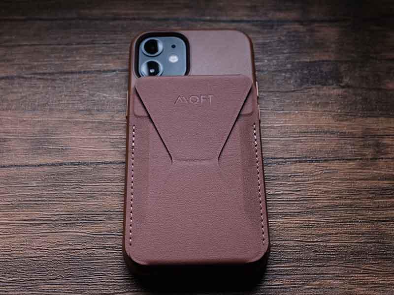 iPhone 12 miniにMOFTを装着した写真