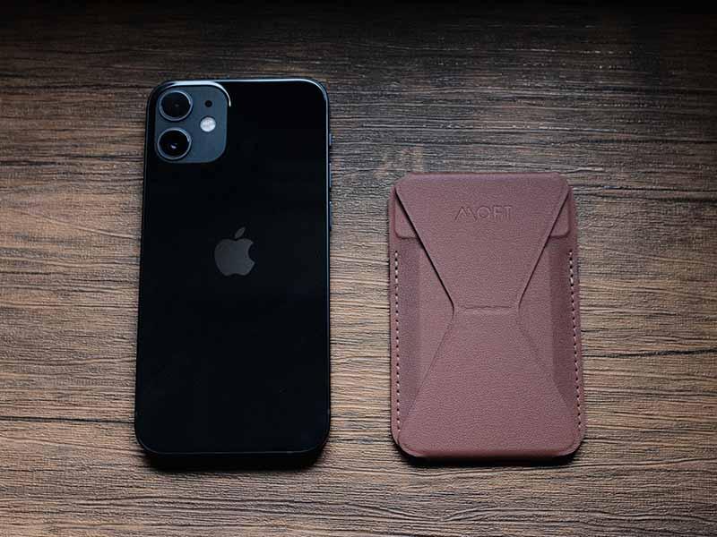 iPhoneとMOFTの写真