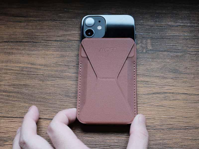 iPhoneにMOFTを装着する写真